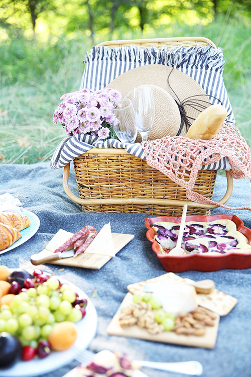 How to plan a Paris-themed picnic