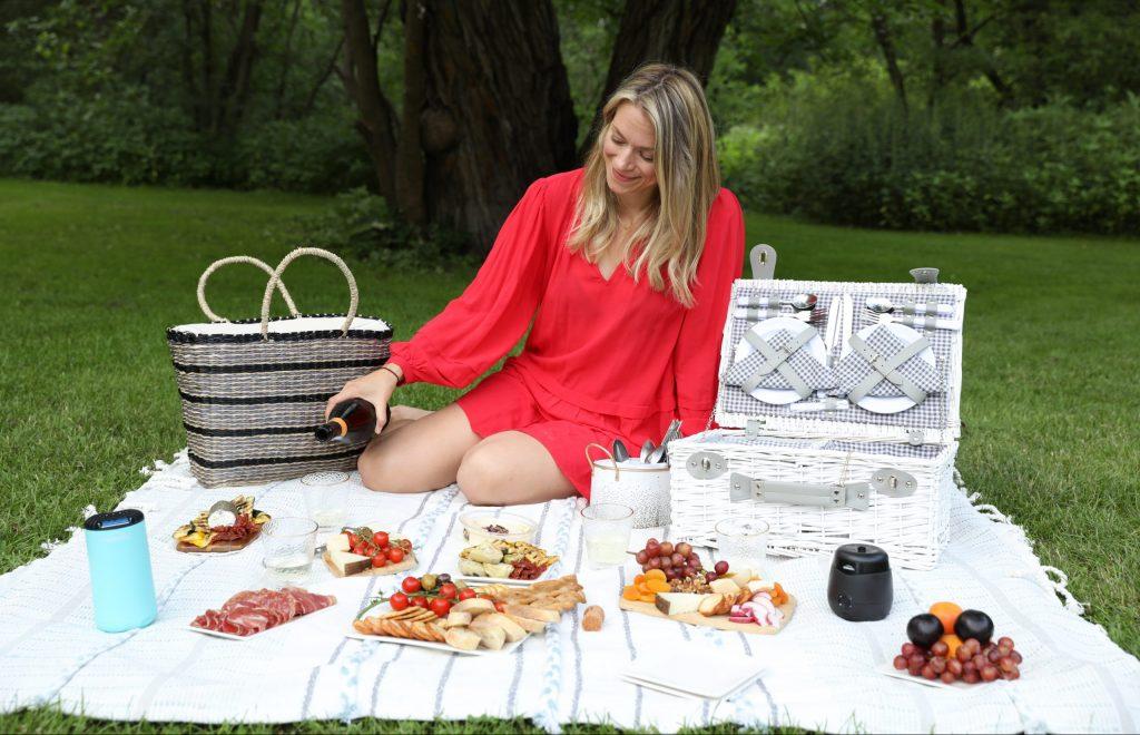 Travel-themed picnic